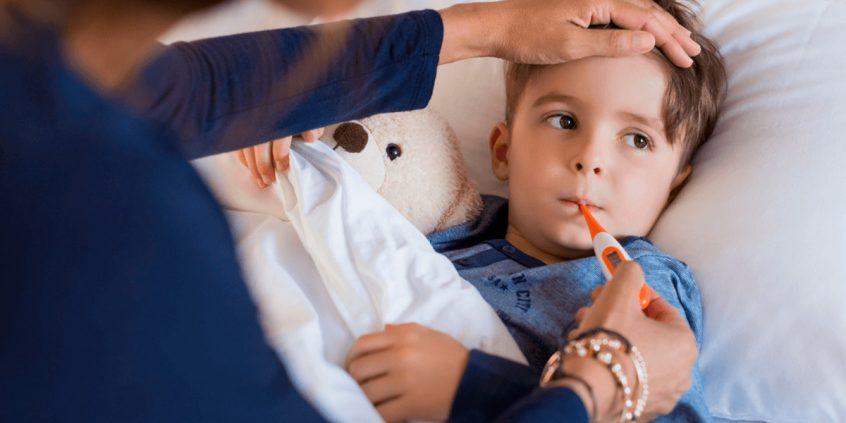 menino doente com escarlatina recebendo cuidados